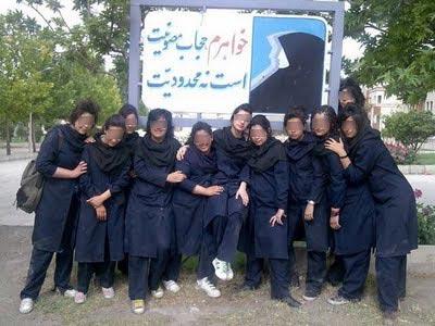 یکی از مدارس دخترانه کشور! خواهران! مقنعه را برداشته اند!